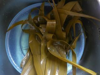 传统红枣粽,煮好后的粽叶用清水洗净备用