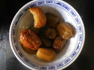 传统红枣粽,蜜枣洗下备用!那半个是我偷吃了一口,忽略!
