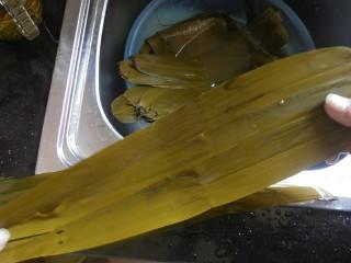 传统红枣粽,然后在取三片粽叶,同样也并排叠放在一起,将这三片粽叶颠倒放置在之前的三片粽叶之上。