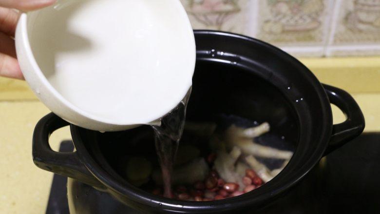 红枣花生凤爪汤,然后加入适量的清水