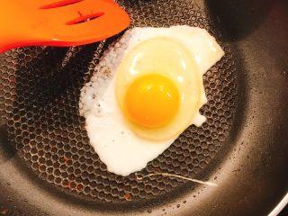 煎鱼吐司,煎蛋。将蛋黄打碎,两面都煎熟