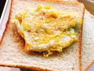 煎鱼吐司,将鸡蛋放在吐司片上