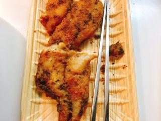 煎鱼吐司,将巴沙鱼煎烤