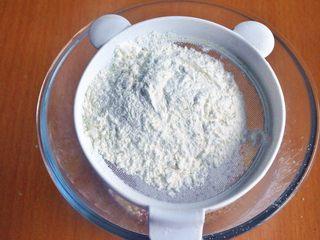 草莓花开蛋糕,筛入低筋面粉和泡打粉。