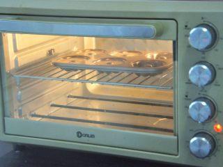 草莓花开蛋糕,放入预热好的烤箱中层,上下火170度,15-20分钟,观察表面上色即可。
