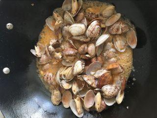 辣炒花蛤:让舌头欲罢不能的美味儿,翻炒均匀,使辣椒油均匀渗透到每个蛤肉