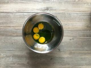 樱花草莓慕斯,蛋黄中加入斑斓汁、玉米油、以及糖10克。