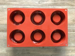 樱花草莓慕斯,泡开的樱花压去水份,先粘在堡尔美克模具中。