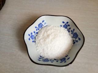南瓜糯米糍,准备适量的椰蓉倒入小碗中。
