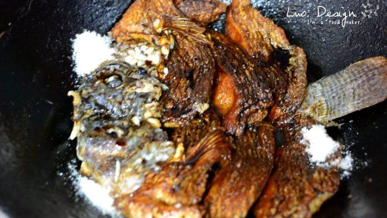 香煎罗非鱼,加盐、糖调味。 倒入料酒和酱油。