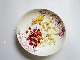 韭香螺蛳肉,生姜、红干椒、蒜头切好