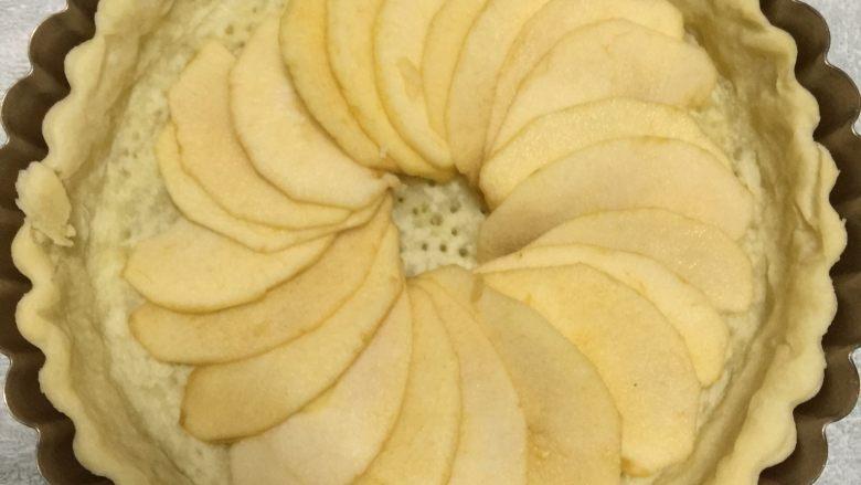 苹果布丁派,取出烤好的派皮后,在上面铺上苹果片