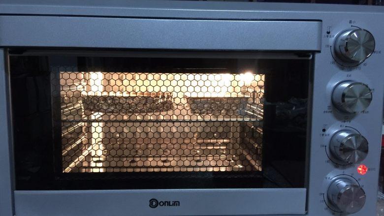 苹果布丁派,送进预热好的烤箱中层,170度烤30分钟