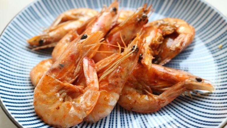 避风塘炒虾,盛出待用。