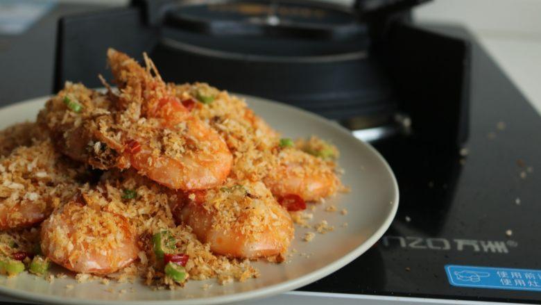 避风塘炒虾,装盘,很好吃哦。
