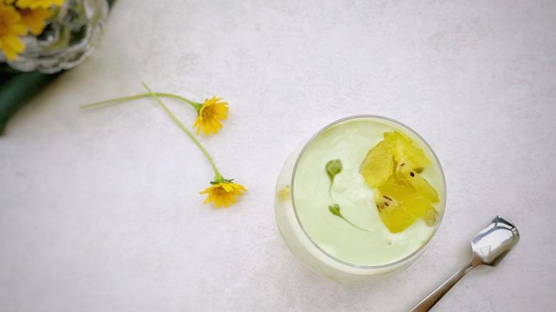 奇异果抹茶酸奶杯,用牙签从抹茶酸奶酱上连续划过,形成花纹点缀。