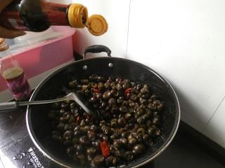 香辣螺蛳,接着在倒入适量的生抽、醋、白酒。在接着翻炒