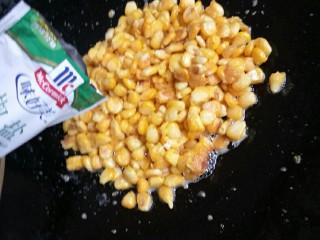 椒盐玉米粒,趁热加入椒盐和葱花拌匀即可。