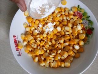 椒盐玉米粒,加入生粉。
