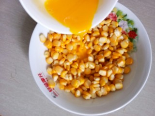 椒盐玉米粒,倒入晾凉的熟玉米粒中。