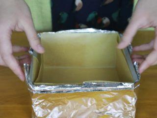 抹茶蜂蜜蛋糕,先做一下准备工作,模具里面垫油纸,模具外面包上四层锡纸,这样做是为了隔绝部分热量,使四周表皮不至于过厚