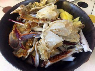 姜葱炒白蟹,白蟹冲洗干净,切成块、生姜切片;