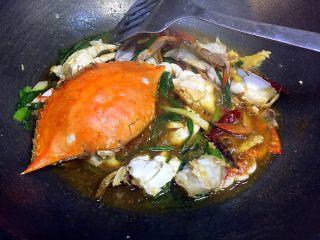 姜葱炒白蟹,然后倒入适量的生抽,100ml料酒,一小勺白糖,少许鸡精,煮至汤汁浓稠即可;