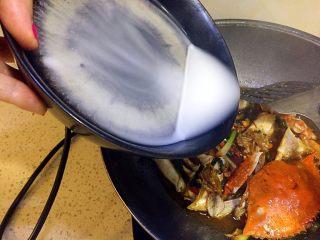 姜葱炒白蟹,最后倒入水淀粉勾芡;