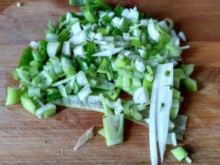 单饼版鸡蛋饼-菜煎饼,把葱从冰箱取出,切碎丁