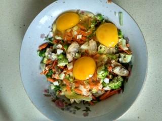 单饼版鸡蛋饼-菜煎饼,放入鸡蛋 (鸡蛋多少,取决于你菜的多少)如果没有把握,可以少放个,最后再添加