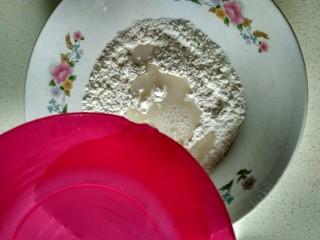 单饼版鸡蛋饼-菜煎饼,把温水倒入面粉中间,一定要小心,不可以倒在碗或者盆子边缘 (一定是温水,方便擀皮,凉水太硬,不容易擀开) 水不要加太多,后面慢慢加,少量多次