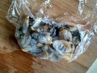 单饼版鸡蛋饼-菜煎饼,把蛤蜊肉拿出来用保鲜膜包上,微波炉化冻 (如果时间充裕,放到冰箱恒温层化冻) (想吃清淡的,蛤蜊就不要放了)