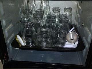 番茄酱,为了可以多放一段时间,可以用消毒后的玻璃瓶存放,玻璃瓶清洗后放入烤箱,100度烘烤10分钟,烘干水分。