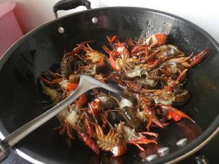 麻辣小龙虾,然后将虾子倒入锅内翻炒