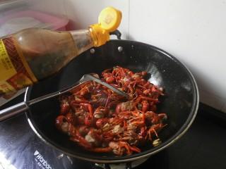麻辣小龙虾,接着在倒入醋、生抽、白酒!