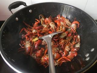 麻辣小龙虾,翻炒一分钟左右后,加入尖辣椒、生姜、蒜、花椒,继续翻炒!