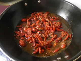 麻辣小龙虾,加入适当水和盐