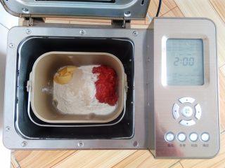 番茄咸肉面包, 主配方中所有的材料放入面包桶中,酵母放面粉上,黄油和番茄肉各放一角,因为用的纯番茄肉水份比较大,配方中没有水或者牛奶,启动面包机,和面28