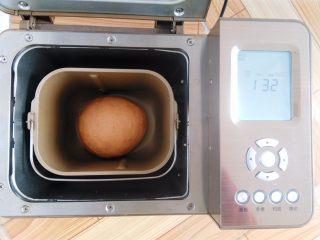 番茄咸肉面包,面团稍稍整理一下,收圆面团,选择继续用面包机发酵