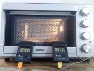 番茄咸肉面包,烤箱底层(直接放烤箱底板上),烤箱实测温度上火130度,下火160度烤22分钟(烤的过程中温度会有轻微误差,)上色后降低上火或者是加盖锡纸