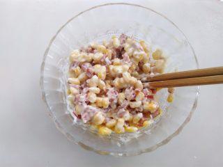 番茄咸肉面包,玉米粒,腊肉丁加入沙拉酱混合