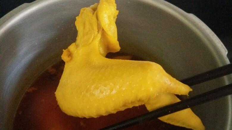 卤煮/水焗盐焗鸡翅、鸡脚,盐焗鸡翅:用猛火加热至汤汁沸腾后,继续猛火10分钟,关火浸泡25分钟。 盐焗鸡脚:用猛火加热至汤汁沸腾后,浸泡20分钟。 以上水煮制法均为老鸡翅,老鸡脚,若用三个月以内的鸡肉制品为食材,请略微缩短时间,(比如盐焗鸡翅,猛火至汤汁沸腾后,关火浸泡20分钟即可。)
