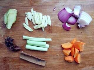 土豆烧排骨,准备好其他材料。胡萝卜和洋葱也可以不放,但是放了营养和口味更好些。