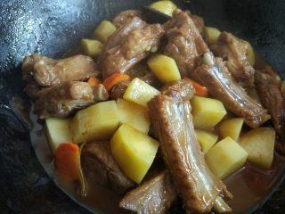 土豆烧排骨,翻炒收汁