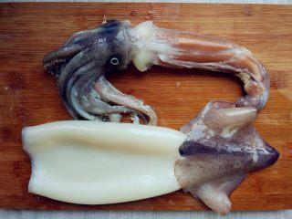 炸鱿鱼圈,去除头部、内脏和透明的软骨,撕掉表皮