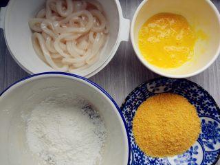 炸鱿鱼圈,鸡蛋打散,准备好面包糠和淀粉