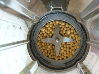 豆浆烧仙草,黄豆洗净,放入破壁机或豆浆机中
