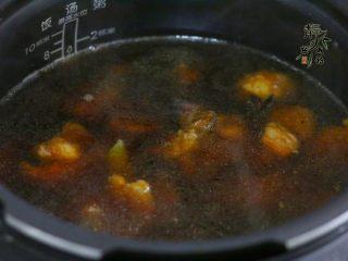好看更好吃的红烧牛肉面,然后倒入电压力锅,放入山楂,盖上锅盖,启动锅子。程序结束,调入适量盐。