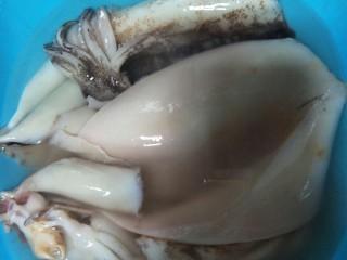 好吃到流口水的干锅鱿鱼虾,一定买鲜鱿鱼,去除肚腑啊,眼睛啊。然后先放在锅里加点姜用清水煮煮,过过水,去去腥味。水开了就行,不要煮太久哦。