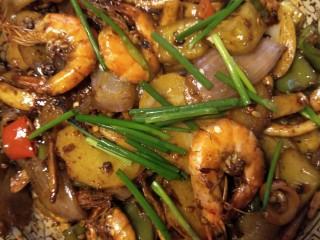 好吃到流口水的干锅鱿鱼虾,撒小葱